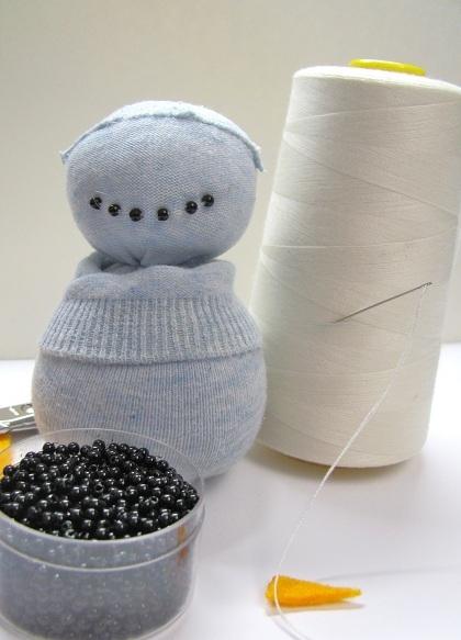 Прикольный снеговик из носка с рисовым наполнителем. Мастер-класс (9) (420x583, 148Kb)