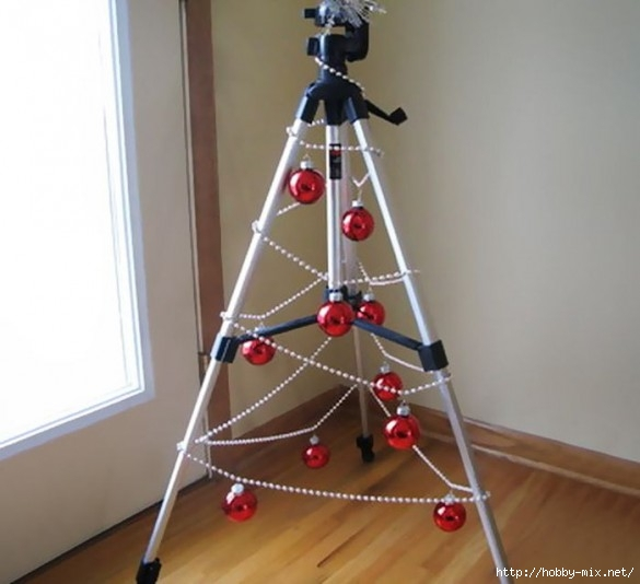 Alternative-Christmas-tree-ideas-tree-globes-on-a-camera-tripod-585x534 (585x534, 114Kb)
