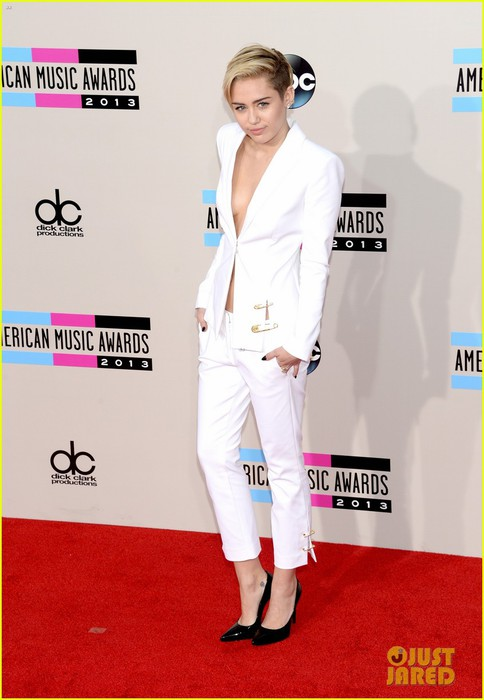 miley-cyrus-amas-2013-red-carpet-01 (484x700, 67Kb)