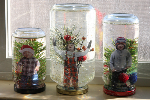 Kids-in-snow-globes-on-window (500x333, 218Kb)