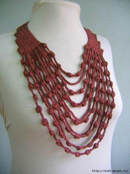Вязаное украшение на шею.