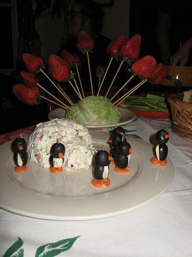 Посмотрите, я сделал пингвинов из оливок и сливочного сыра, а также иглу из ветчины, сыра и зеленого лука./5451862_3 (375x500, 117Kb)