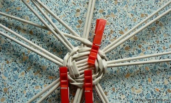 Мастер-класс по плетению дна из газетных трубочек (12) (598x359, 212Kb)