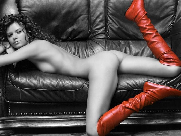 Голая красотка в красном платье на диване
