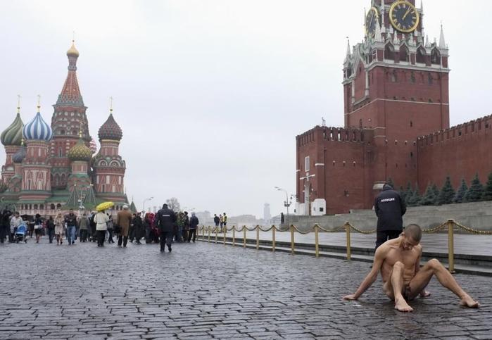 Петр Павленский прибил свою мошонку к брусчатке Красной площади