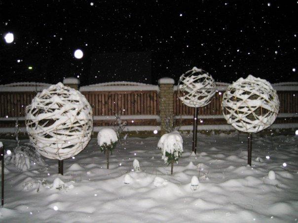 Как украсить сад зимой своими руками