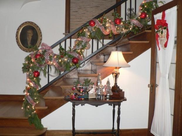 Дизайн интерьера. Потрясающие идеи украшения лестниц к Рождеству (15) (620x465, 164Kb)