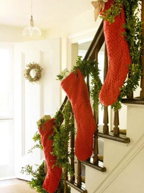 Дизайн интерьера. Потрясающие идеи украшения лестниц к Рождеству (25) (480x640, 167Kb)