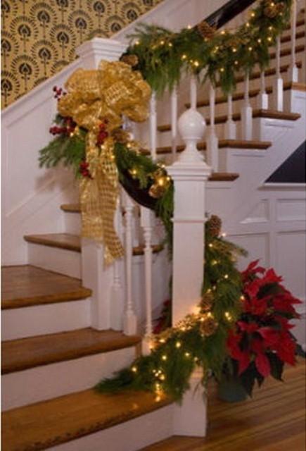 Дизайн интерьера. Потрясающие идеи украшения лестниц к Рождеству (32) (435x640, 148Kb)