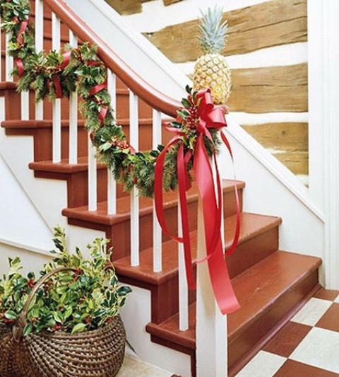 Дизайн интерьера. Потрясающие идеи украшения лестниц к Рождеству (37) (480x533, 179Kb)