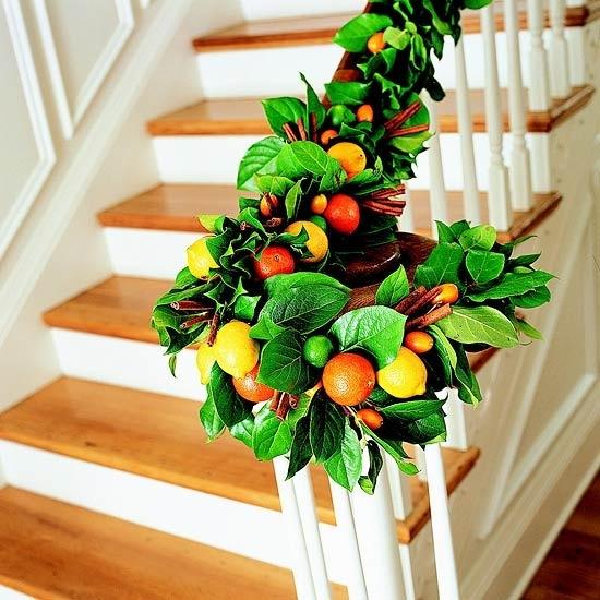 Дизайн интерьера. Потрясающие идеи украшения лестниц к Рождеству (46) (550x550, 195Kb)