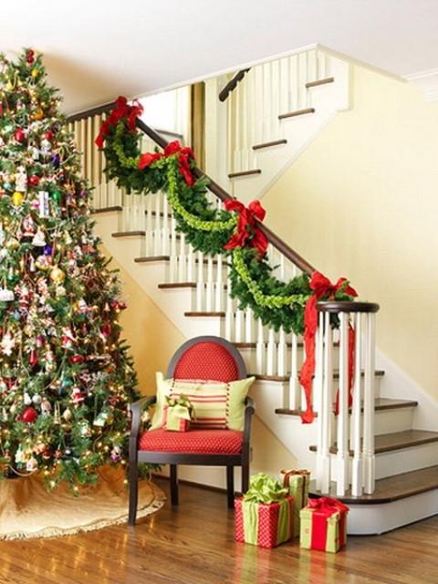 Дизайн интерьера. Потрясающие идеи украшения лестниц к Рождеству (53) (480x640, 205Kb)