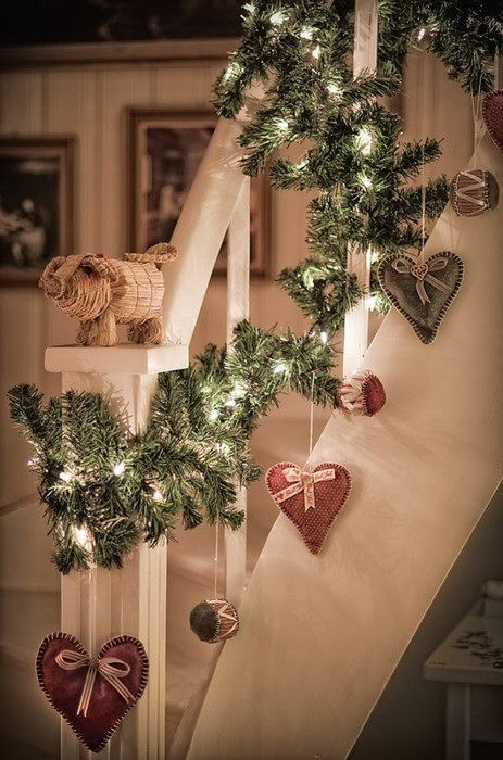 Дизайн интерьера. Потрясающие идеи украшения лестниц к Рождеству (72) (463x700, 218Kb)
