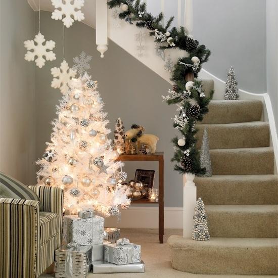 Дизайн интерьера. Потрясающие идеи украшения лестниц к Рождеству (75) (550x550, 218Kb)