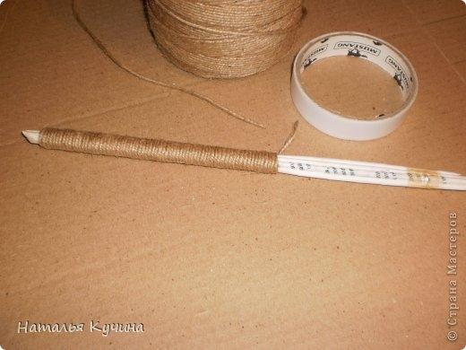 Подставка для елочки из джута и газетных трубочек (3) (520x390, 93Kb)