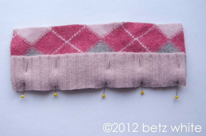 Шапочки для пингвинов из рукавов старого свитера (2) (700x462, 163Kb)