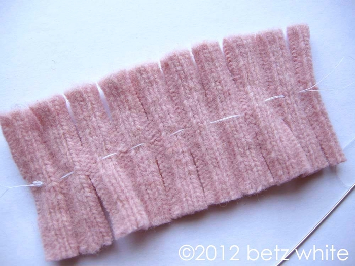 Шапочки для пингвинов из рукавов старого свитера (7) (700x525, 245Kb)