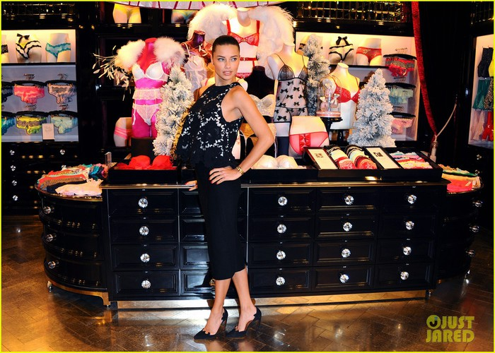 adriana-lima-victorias-secret-bond-street-store-photo-call-13 (700x500, 128Kb)