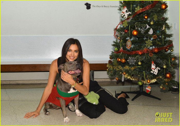 irina-shayk-meets-adorable-pitbull-dog-at-aspca-event-05 (700x493, 99Kb)