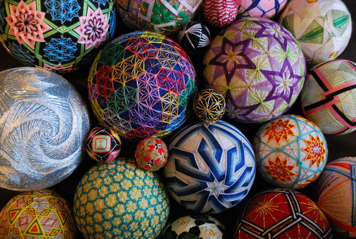 embroidered-temari-balls-japan-1 (700x470, 209Kb)