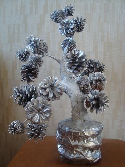 Дерево из шишек поделка