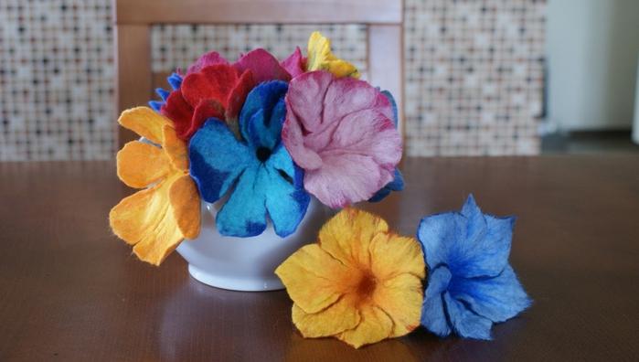 Цветы в технике мокрого валяния из шерсти. Фото мастер-класс (19) (700x396, 183Kb)