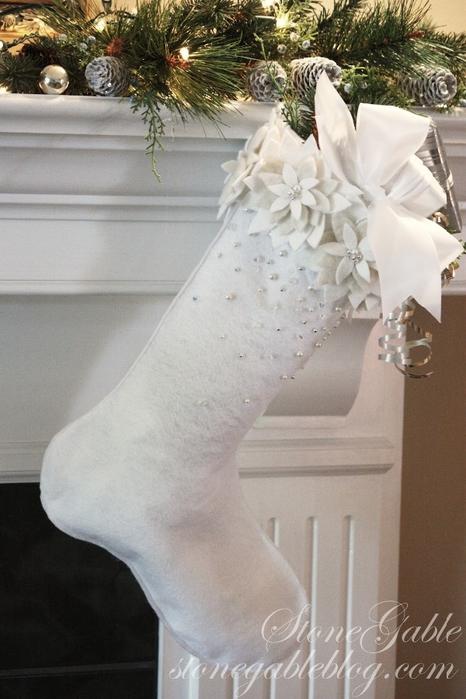 Стильный белый рождественский чулок с цветами пуансеттии из фетра. Выкройка (10) (466x700, 243Kb)