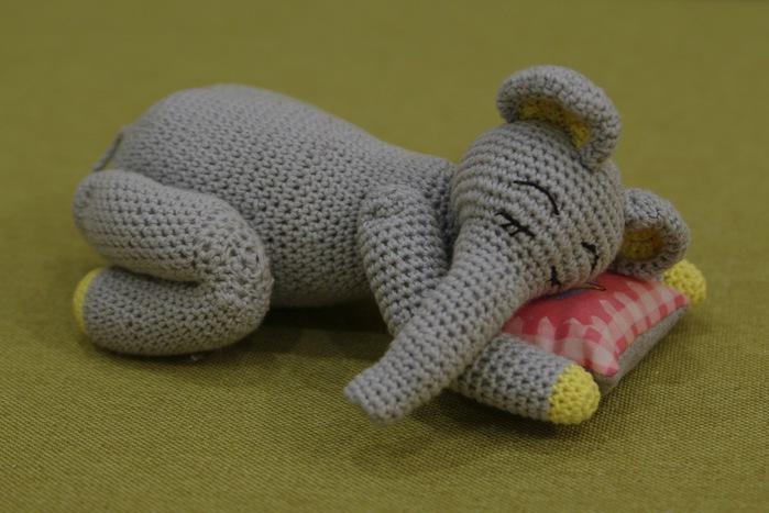 слон спящий2 (700x467, 86Kb)