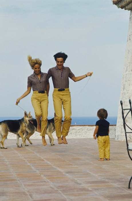 3455057_Alain_Delon_With_Nathalie_Anthony_and_their_dogs_in_SaintTropez_ (461x700, 202Kb)