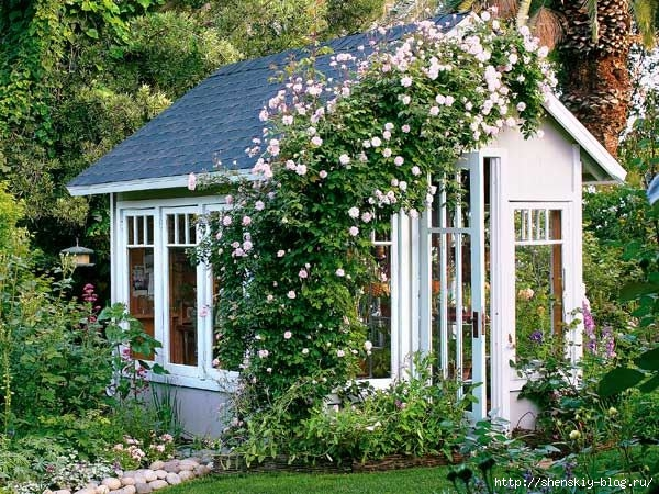 elegant-romantic-backyard-cottage-with-beautiful-blooming-flowers (600x450, 282Kb)