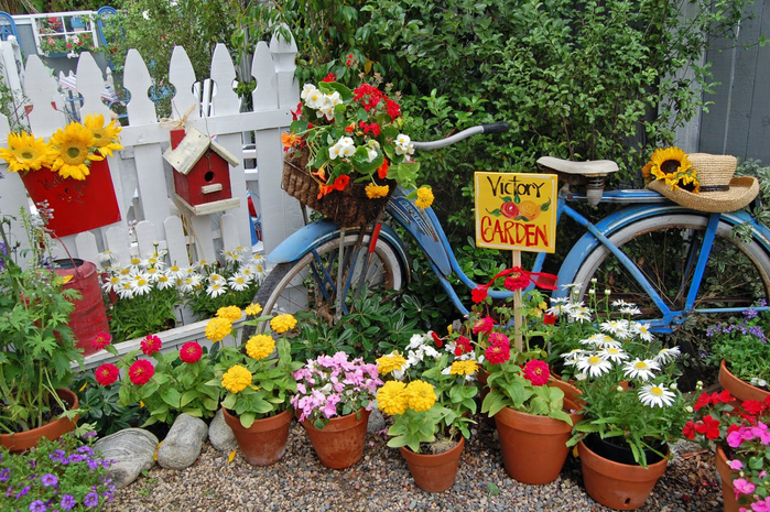 garden-decorating-ideas-astonishing-blue-bicycle-plater-stand-with-various-colorful-flower-for-garden-decoration-design-amazing-bicycle-plater-stand-for-garden-decoration-design-ideas - копия (700x465, 551Kb)