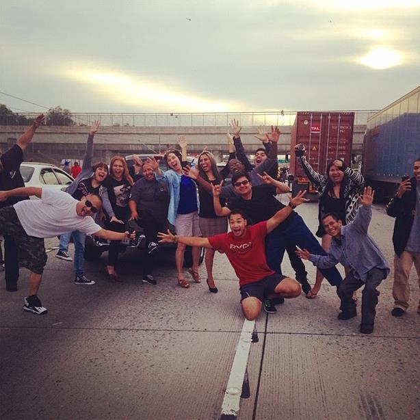 Водители сфотографировались на фоне самоубийцы в Лос Анджелесе