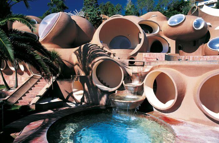 2. Необычный  дом (700x459, 319Kb)
