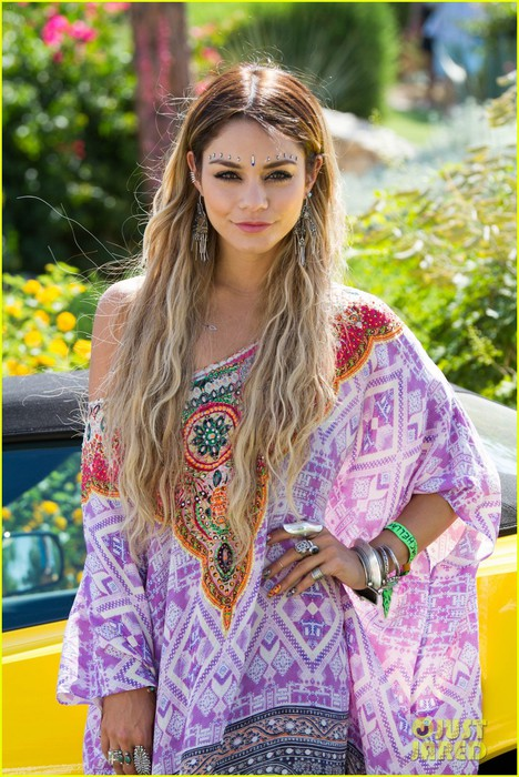 vanessa-hudgens-ashley-benson-coachella-pool-party-01 (468x700, 130Kb)