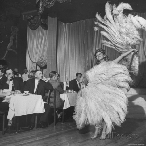 charles-e-steinheimer-customers-at-sally-rand-s-nightclub-watching-a-dancer-performing-the-midnight-fan-dance[1] (473x473, 106Kb)