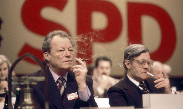 Канцлеры Германии Вилли Брандт и Гельмут Шмидт курят в президиуме конференции(700x419, 39Kb)