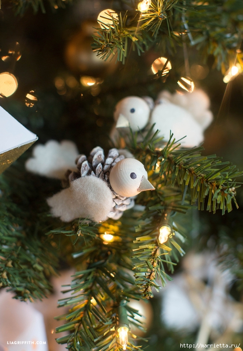 Новогодние игрушки. Птички из шишек и фетра (3) (485x700, 264Kb)