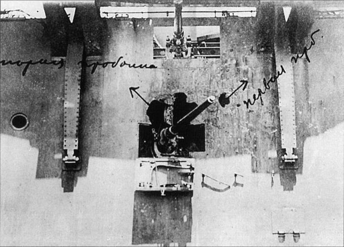 04 -Пробоины_в_районе_75-мм_орудия_№7_правого_борта,_июнь_1905_года (700x503, 230Kb)