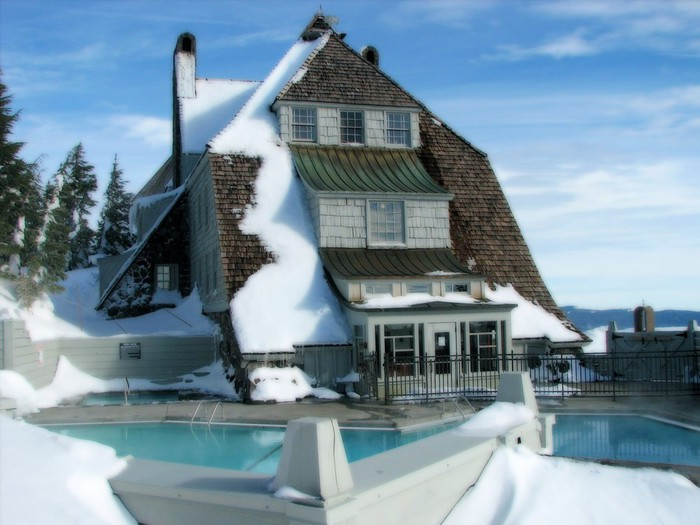 Winter_____Snow-covered_house_with_swimming_pool_081007_ (700x525, 86Kb)