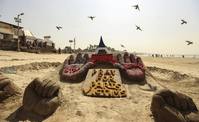 «Молимся за жертв Парижа»: скульптура на пляже в Мумбаи
