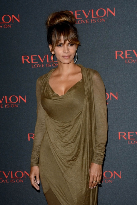 halle-berry-bangs-19nov15-01 (466x700, 234Kb)