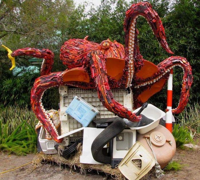 скульптуры из мусора 3 (700x630, 622Kb)
