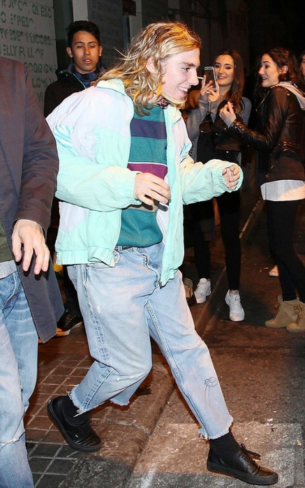 2ED9B4C300000578-3336627-Relaxed_style_Rocco_Ritchie_wore_ripped_baggy_jeans_and_a_sweats-a-1_1448648312304 (437x700, 262Kb)