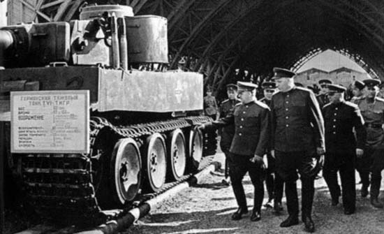 07 Zhukov_at_the_Tiger_tank (550x335, 101Kb)