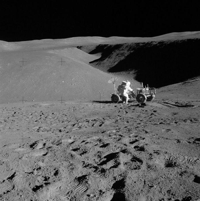 800px-Apollo_15_Station_2_Rille,_Lunar_Rover,_Scott (696x700, 88Kb)