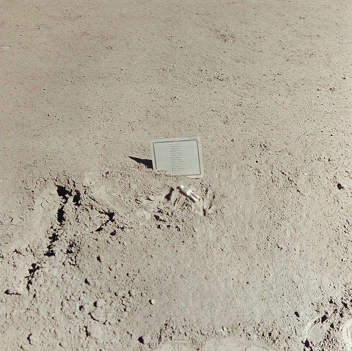14 погибших астронавтов и космонавтов и фигурка Павшего Астронавта (700x698, 160Kb)