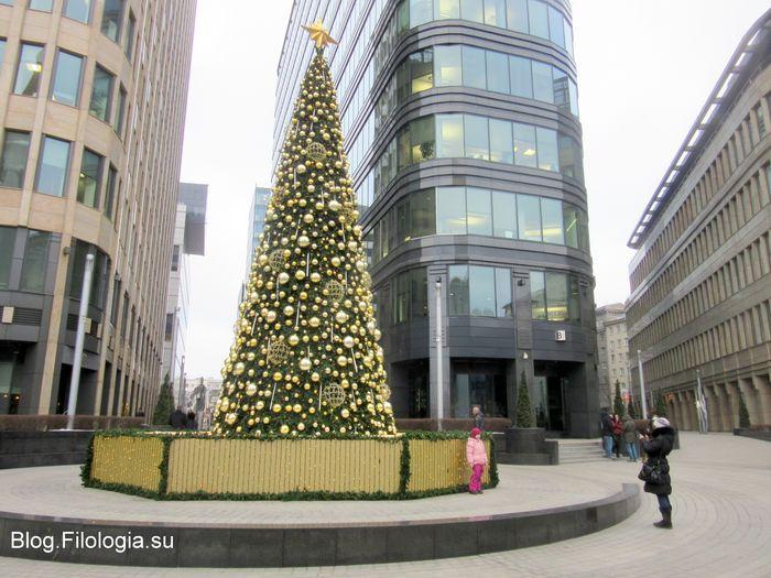 Елка у бизнес-центра Белая площадь в Москве, метро Белорусская. (700x525, 76Kb)