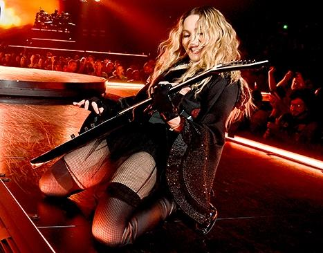 Madonna-guitar-110615 (467x366, 178Kb)