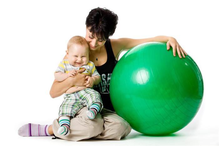 занятия для младенцев на фитболе/3185107_zaryadka_dlya_malishei_na_fitbole (700x467, 29Kb)