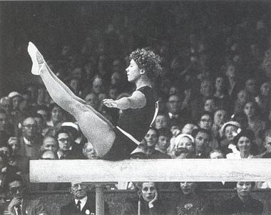 Лариса Латынина абсолютное первенство выигравшая наибольшее количество олимпийских медалей за всю историю спорта — 9 золотых, 5 серебряных и 4 бронзовые. (380x302, 66Kb)